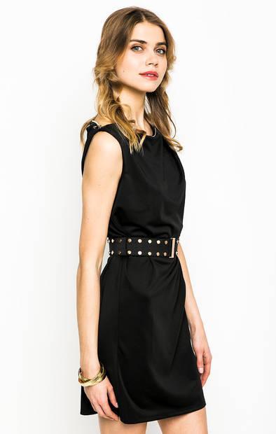 Короткое черное платье с ремнем