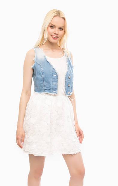 Короткое белое платье с джинсовым жилетом